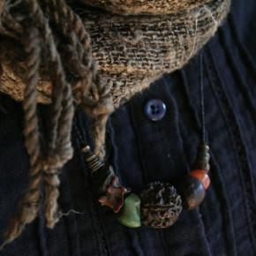 小野宏之さんの装身具、田島喜志子さんの柿渋染めのストール